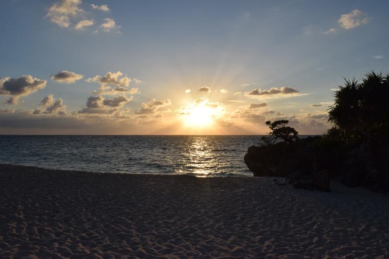 与論島における夕日の聖地【兼母海岸】