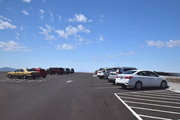ダンテスビューの駐車場