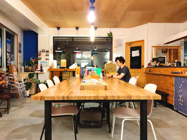 MEEDAFU'S YUI HOSTEL and COFFEEのオシャレな店内