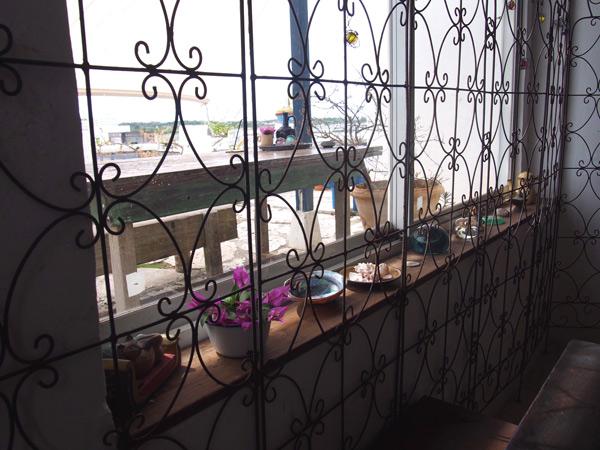 海カフェのまったりできる店内