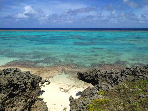 与論島 岩の下にキレイなビーチ【那間地方のプライベートビーチ】
