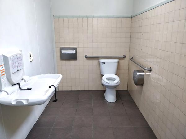 ヨセミテバレー ガソリンスタンドのトイレ