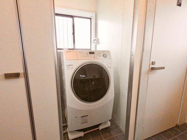 Shima Hotelの設備:洗面所、トイレ、洗濯機