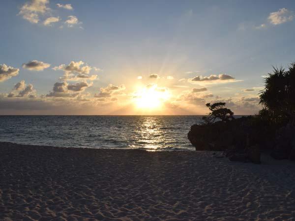 ヨロン島の夕日が落ちるビーチ
